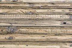 Splittrad gammal trävägg som ridas ut Arkivbild