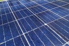 Splittrade solpaneler som orsakas av blixtslag Fotografering för Bildbyråer