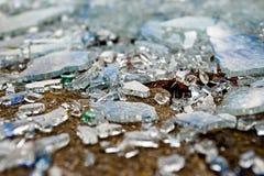 Splittrat säkerhetsexponeringsglas på jordningen Royaltyfri Bild