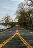 Splittring i vägen på den Harriman delstatsparken, New York, USA arkivfoto