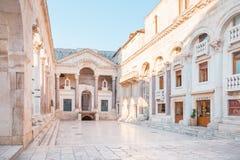 SPLITTRING KROATIEN - JULI 11, 2017: Den forntida slotten som byggdes för Roman Emperor Diocletian - dela, Kroatien Arkivfoton