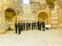 Splittring Kroatien - Maj 08, 2014: Den manliga kören som sjunger i den gamla staden på en molnig sommardag Fotografering för Bildbyråer