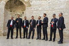 SPLITTRING KROATIEN, OKTOBER 01, 2017: Traditionella dalmatian sångare fotografering för bildbyråer