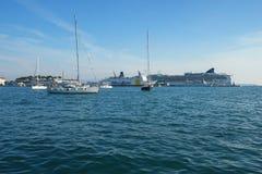 SPLITTRING KROATIEN - SEPTEMBER 3, 2016: Skepp på hamnen av splittring, Kroatien Royaltyfria Bilder