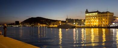 Splittring Kroatien vid natt Arkivfoto