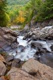 Splittring vaggar vattenfall Arkivfoton