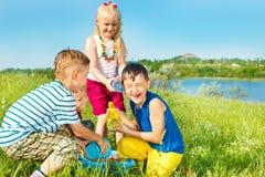 spännande ungar som häller vatten Arkivbilder