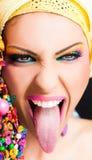 spännande ut tongue kvinnan Royaltyfri Foto