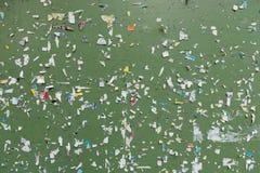 Społeczeństwa zawiadomienia zielona plenerowa deska z zszywacz szpilkami zdjęcie royalty free