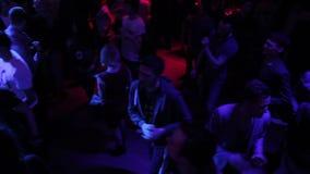 Społeczeństwo cieszy się rozrywkę przy klubem nocnym, facetów komunikować zbiory