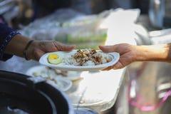 Społeczeństwo pomagać dzielić jedzenie bieda obrazy royalty free