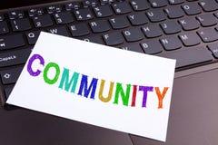 Społeczności writing tekst robić w biurowym zakończeniu na laptop klawiaturze Biznesowy pojęcie dla więzi na czarnym bac Zdjęcia Stock