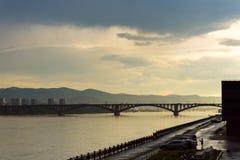 Społeczny most jest zwyczajnym mostem przez Yenisei rzekę w Krasnoyarsk i samochodem, Rosja Bulwar dalej Zdjęcia Royalty Free