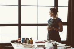 Spoczynkowa kontemplacja artysty inspiracji rzemiosła kobieta obrazy stock