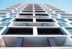 Spod spodu strzału nowożytny i nowy budynek mieszkaniowy Fotografia wysoki blok mieszkalny z balkonami przeciw niebieskiemu niebu Obrazy Royalty Free