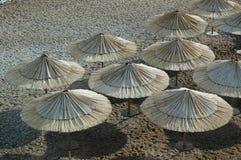 Spoed paraplu's bij het strand Stock Afbeelding