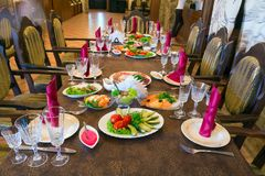 Spoedig zal het feestelijke diner beginnen Stock Foto