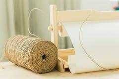 Spoel met koord voor gift het verpakken op houten lijst royalty-vrije stock afbeeldingen