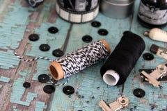 Spoelen met draad en bakkers` s streng Zwart-witte draden royalty-vrije stock foto