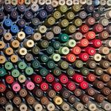 Spoelen met kleurrijke draden Stock Foto's