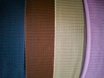 Spoelen met linten van verschillende kleuren voor handwerk stock afbeelding