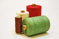 Spoelen multi-colored draden voor het naaien op een witte achtergrond Royalty-vrije Stock Afbeeldingen