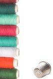 Spoelen van draad en vingerhoedje voor het naaien Stock Fotografie
