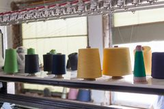 Spoelen van draad in het naaiende materiaal in de stoffenindustrie Het naaien productie royalty-vrije stock foto