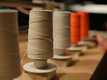 Spoelen van draadvertoning op houten lijst in fabriek Royalty-vrije Stock Afbeeldingen