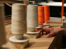 Spoelen van draadvertoning op houten lijst in fabriek Royalty-vrije Stock Fotografie