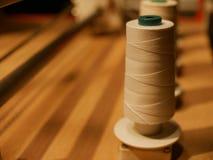 Spoelen van draadvertoning op houten lijst in fabriek Royalty-vrije Stock Afbeelding