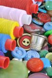 Spoelen van gekleurde draad en een vingerhoedje Stock Foto