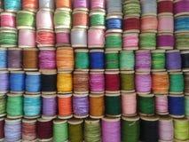 Spoelen van gekleurde draad multicolored bont achtergrond stock afbeeldingen