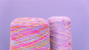Spoelen of spoelen van multicolored naaiende draden Draden van alle kleuren Stock Afbeelding