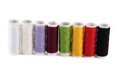 Spoelen van naaiende draad in diverse kleuren Stock Fotografie