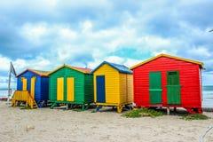 Spogliatoi variopinti in spiaggia Cape Town di St James immagine stock