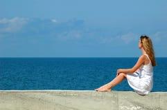 spojrzenia morze siedzi kobiety Obraz Royalty Free