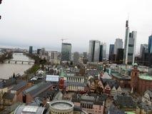 Spojrzenie nad Frankfurt magistrala w Germany z drapaczem chmur i telewizja góruje - Am - obrazy stock