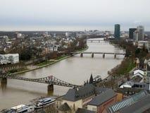 Spojrzenie przy rzeką i mostami w Frankfurt magistrala w Germany - Am - zdjęcia stock
