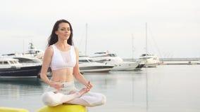 Spokój i joga ćwiczy przy morzem zbiory