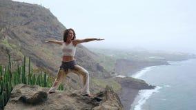 Spokój i joga ćwiczy przy pasmem górskim, medytacja zdjęcie wideo