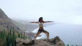 Spokój i joga ćwiczy przy pasmem górskim, medytacja zbiory wideo