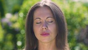 Spokój na twarzy medytuje w parku outdoors piękna kobieta, w górę dolly zbiory wideo