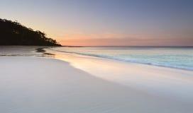 Spokój przy Murrays plażą przy zmierzchem obrazy stock
