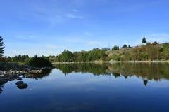 Spokane-Flussbank mit Scheune lizenzfreie stockbilder