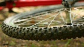Spoked hjul av en vulten mountainbike lager videofilmer