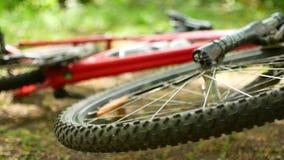 Spoked hjul av en vulten mountainbike för snurranden FullHD fritt video arkivfilmer