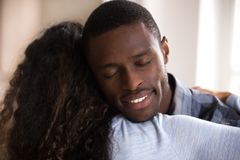 Spokojna amerykanin afrykańskiego pochodzenia męża obejmowania żona zamknięta w górę obraz stock