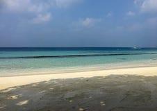 Spokojna błękitna morze plaża w tropikalnym przy Maldives wyspą Miękka ostrość niebieskie niebo obrazy stock