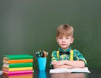 Spokojna chłopiec w sala lekcyjnej obraz royalty free